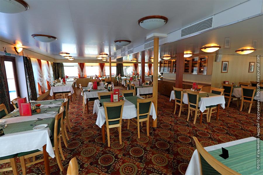 Ресторан «Ладога» в кормовой части средней палубы теплохода «Кронштадт»