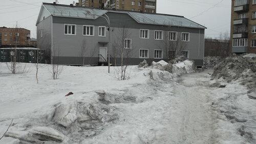 Фотография Инты №7526  Северо-западный угол Куратова 26а (гостиница) 09.04.2015_12:56