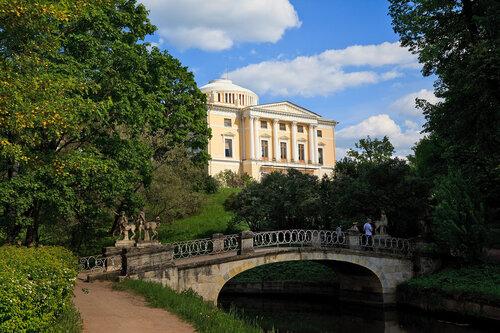 Вид на дворец с моста Кентавров