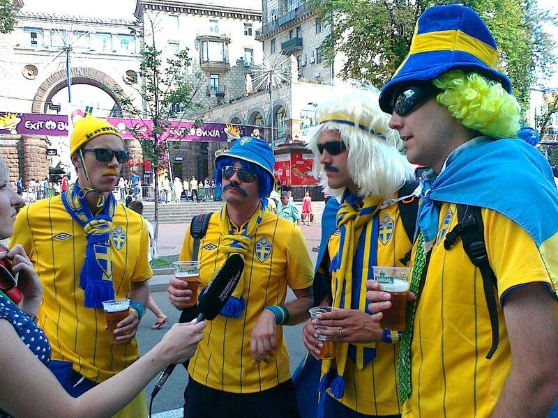 Шведские фаны дают интервью в фан-зоне
