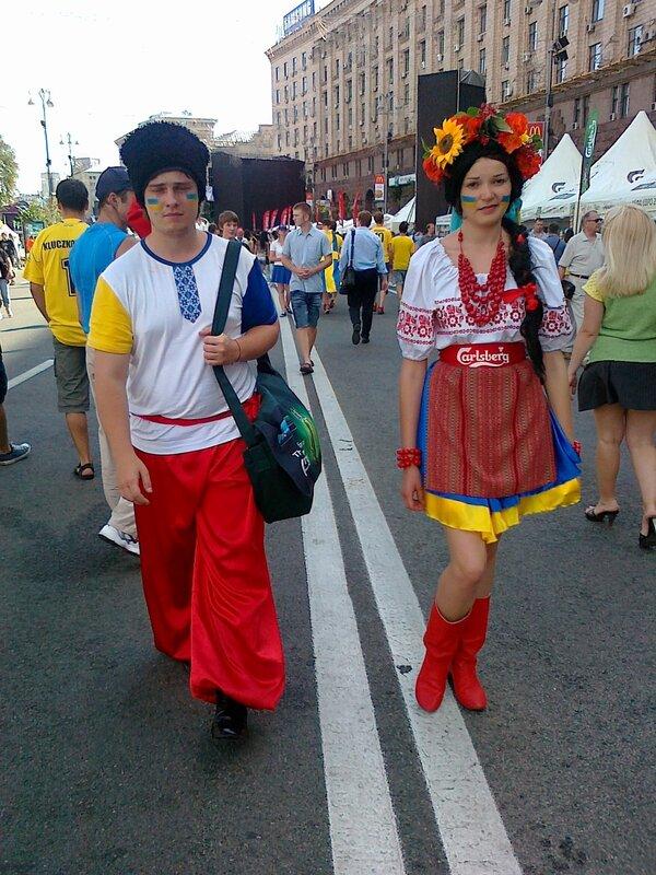 Рекламисты пива Карлсберг в украинских костюмах