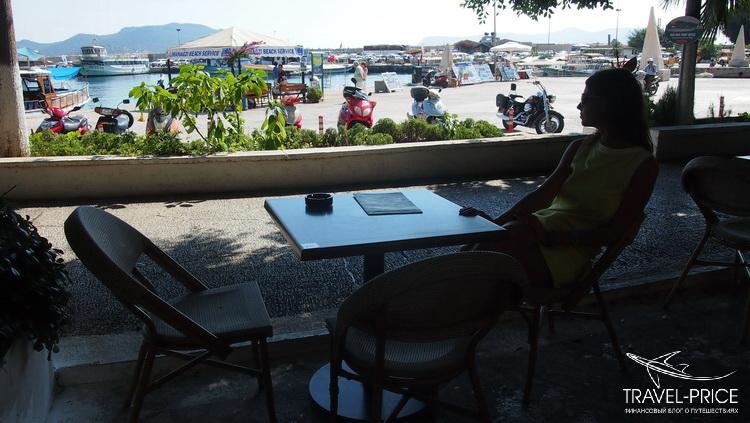 Кафе на набережной в Каше