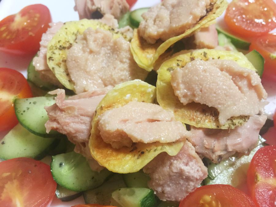 Салат с тунцом и домашними чипсами
