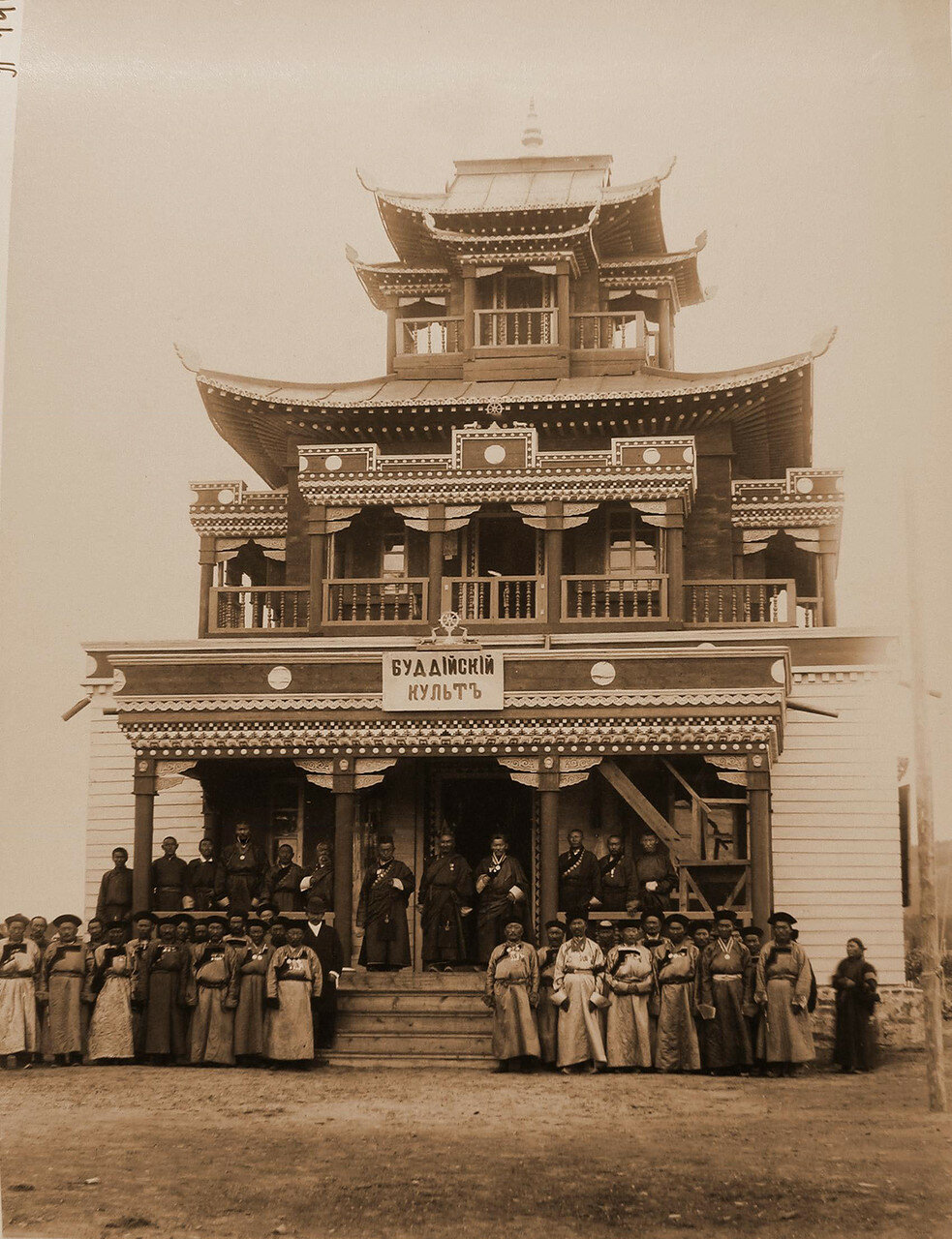 94. Ламы и почетные буряты у входа в дацан