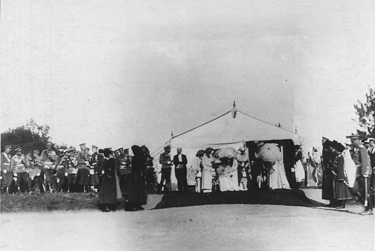 87. Император Николай II и Р.Пуанкаре беседуют у царской палатки перед парадом войск