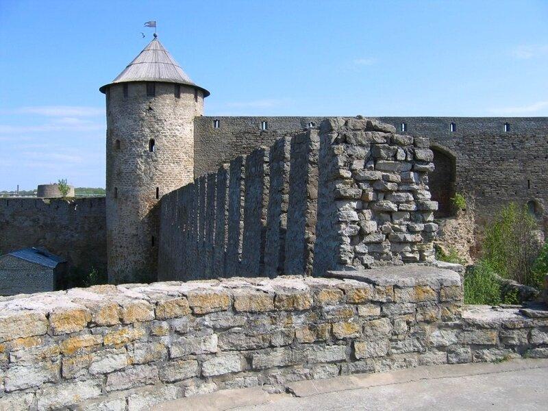 Стены и башни Ивангородской крепости