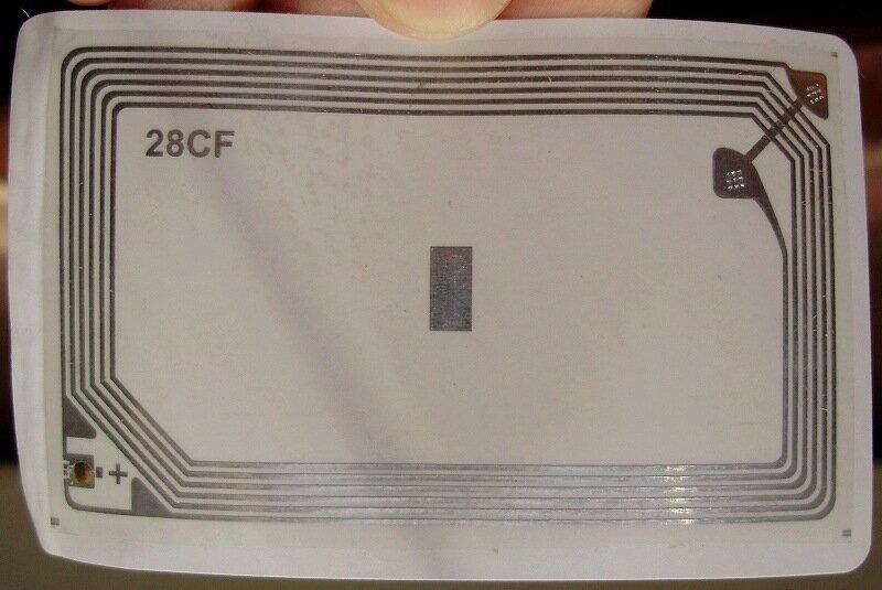 Когда снять одну из пластиковых пластин, на другой видим плёночную антенну и чип