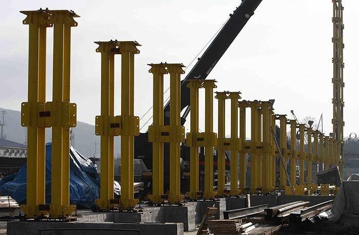 Строители приступили к сооружению стапеля для моста на Русский (ФОТО)
