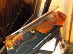 Моя старая скрипка, говорят 1947 года, старушка, блин, но играет