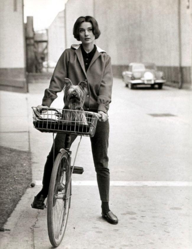 Актриса и Мистер Фэймос катаются на велосипеде. 1957 г.