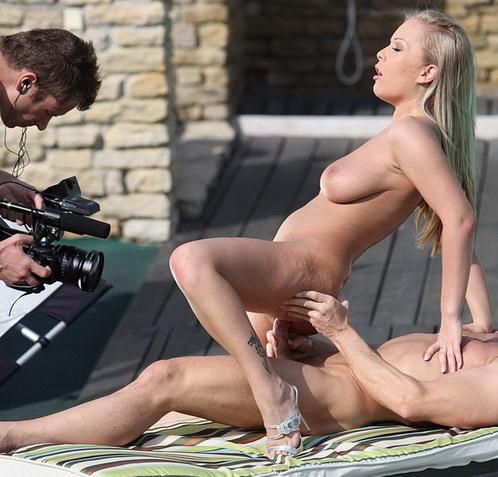 Кадры из сцен порно.
