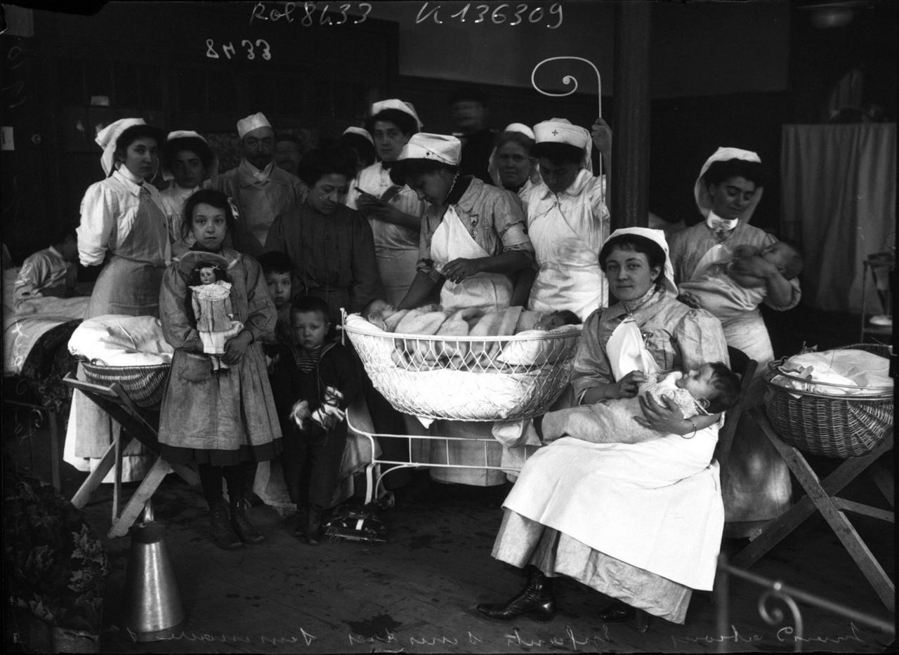 1910. Дети пострадавшие при наводнении и дамы из Красного Креста. Семинария Сен-Сюльпис
