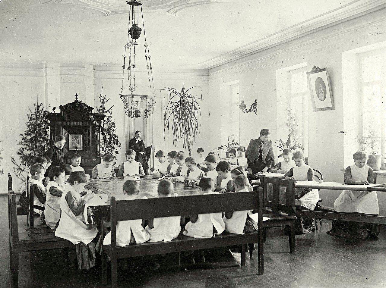 Урок рукоделия во Владимирском детском приюте