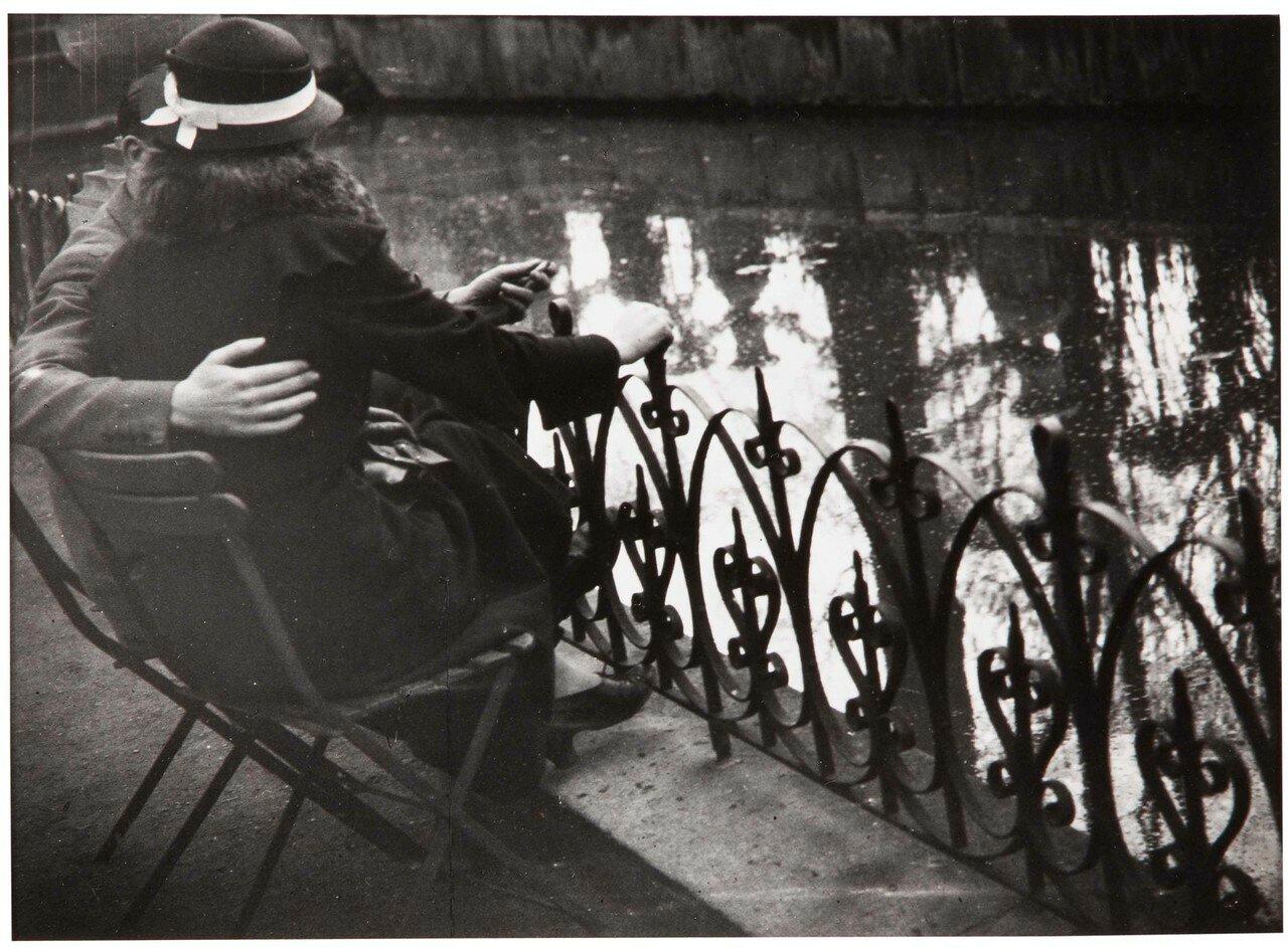 1932. Влюбленная пара в Люксембургском саду