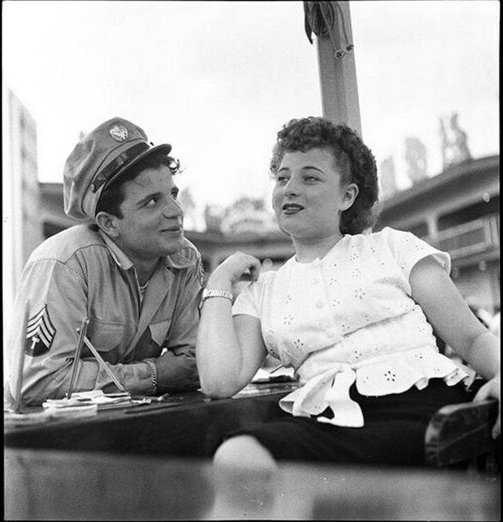 1946. Парк развлечений Палисейдс.  Мужчина и женщина в парке аттракционов