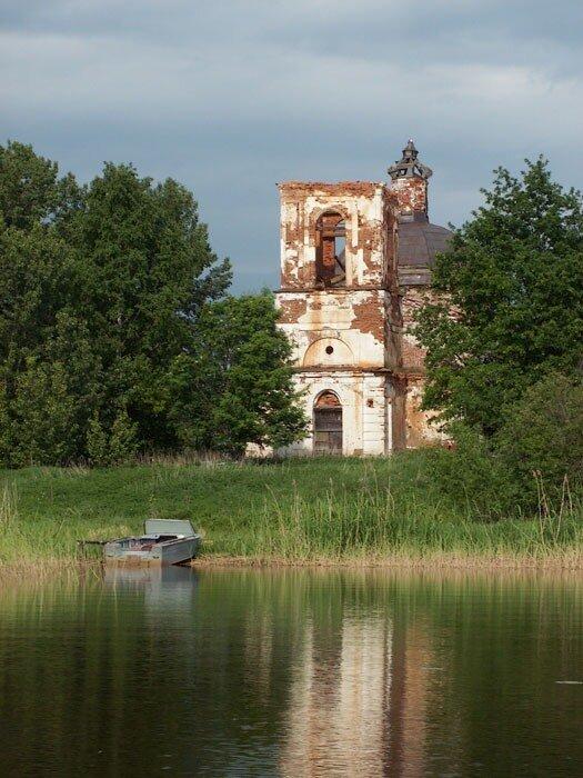 Церковь в с. Воздвиженье с воды