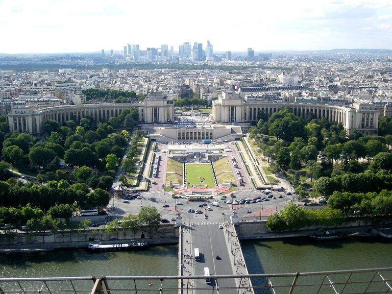 Париж. Вид на дворец Шайо, вдали район Дефанс