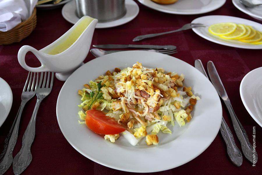 Салат «Цезарь» (филе куриное, бекон, сыр, лист салата, гренки), заправка «Цезарь» (из оливкового масла, соевого соуса, майонеза)