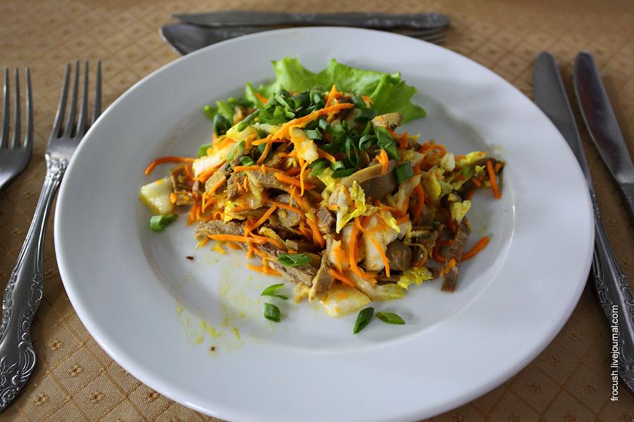 Салат «Провансаль» (язык говяжий, яйцо, сыр, огурец, помидор, чеснок, майонез, сметана, маслины, зелень)