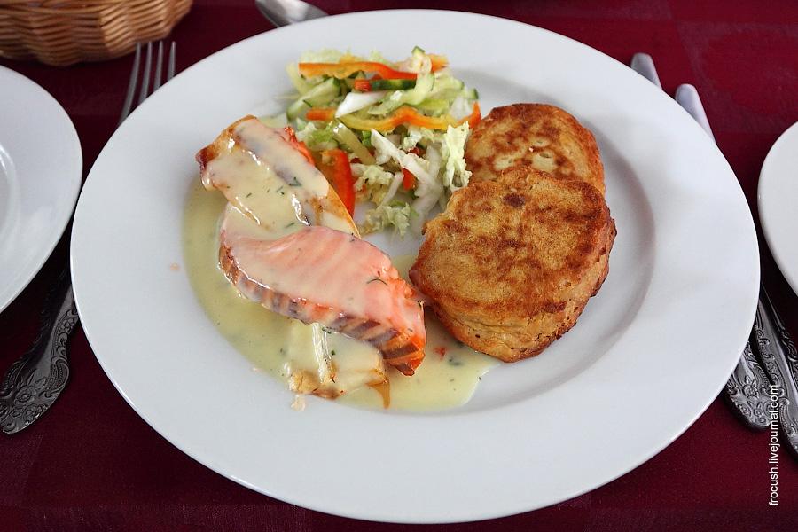 Рыбный дуэт (обжаренная плетенка из форели и масляной рыбы), соус, оладьи из кукурузы