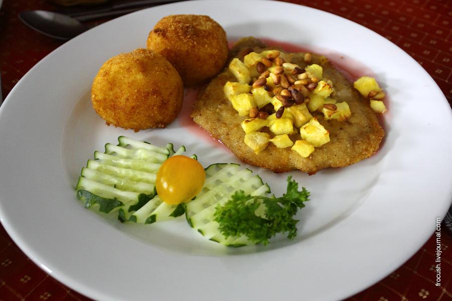 Шницель «Мажабеле» (свинина, запеченная с яблоками), соус ягодный, крокеты картофельные