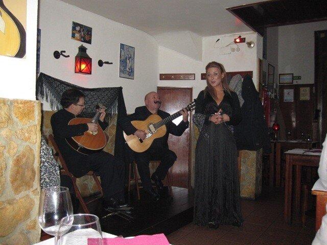 Фадо в лиссабонском ресторане Чиадо