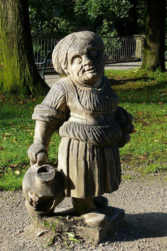 сад карликов  небольшой скверик, где установлены забавные статуи карликов. Впервые карликов сюда поставили в начале 18-го века, но затем они не понравились какому-то из последующих правителей  и их продали с аукциона.