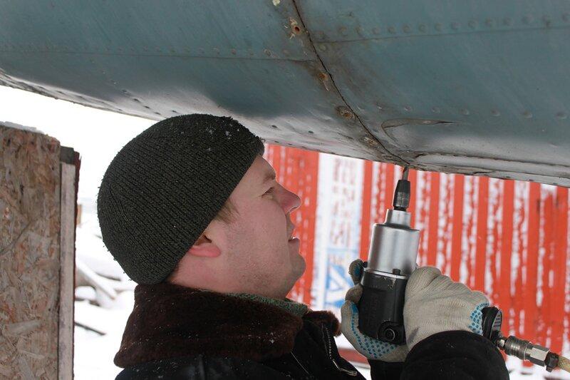 Володя отворачивает винты крепления хвостового обтекателя