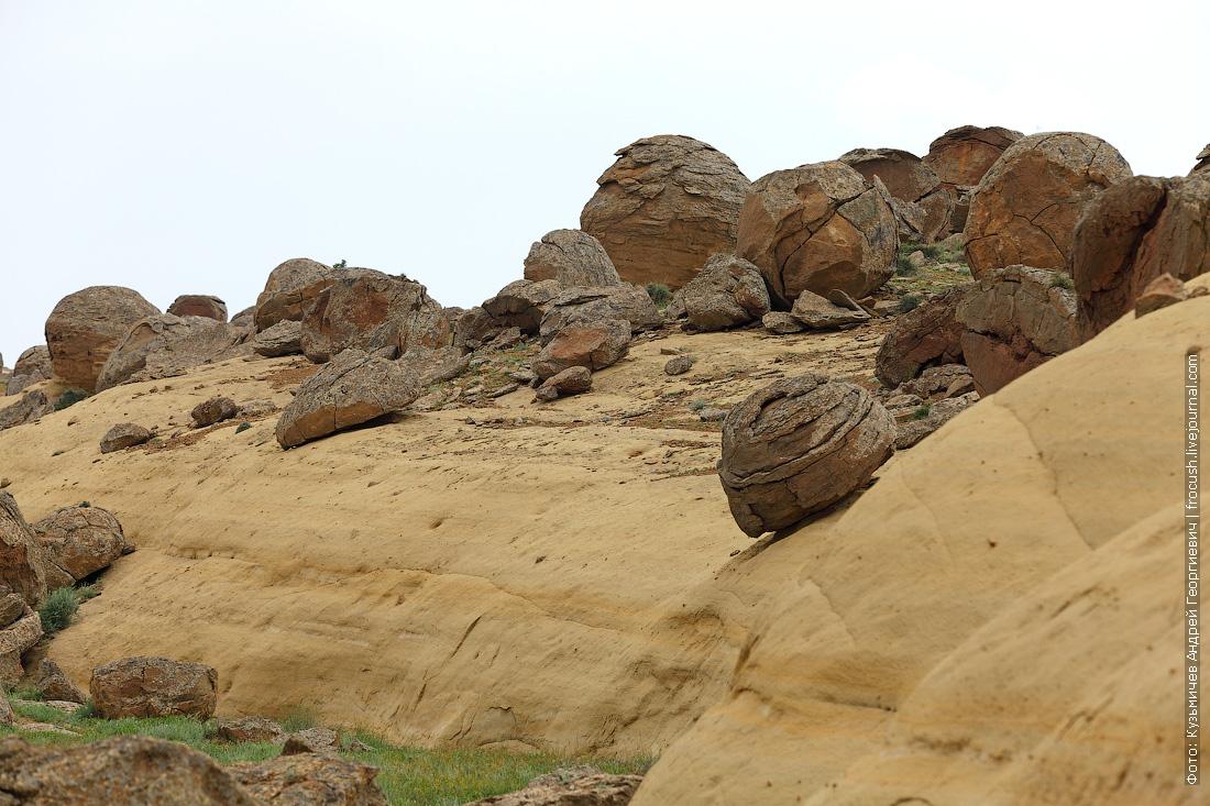 долина каменных шаров Казахстан