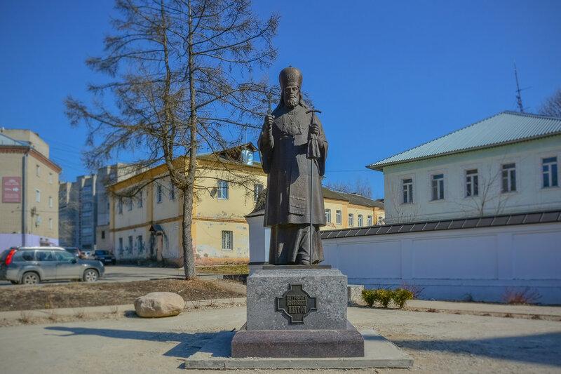 Памятник основателю Спасо-Вифанского монастыря митрополиту Московскому и Коломенскому Платону (1737-1812).jpg