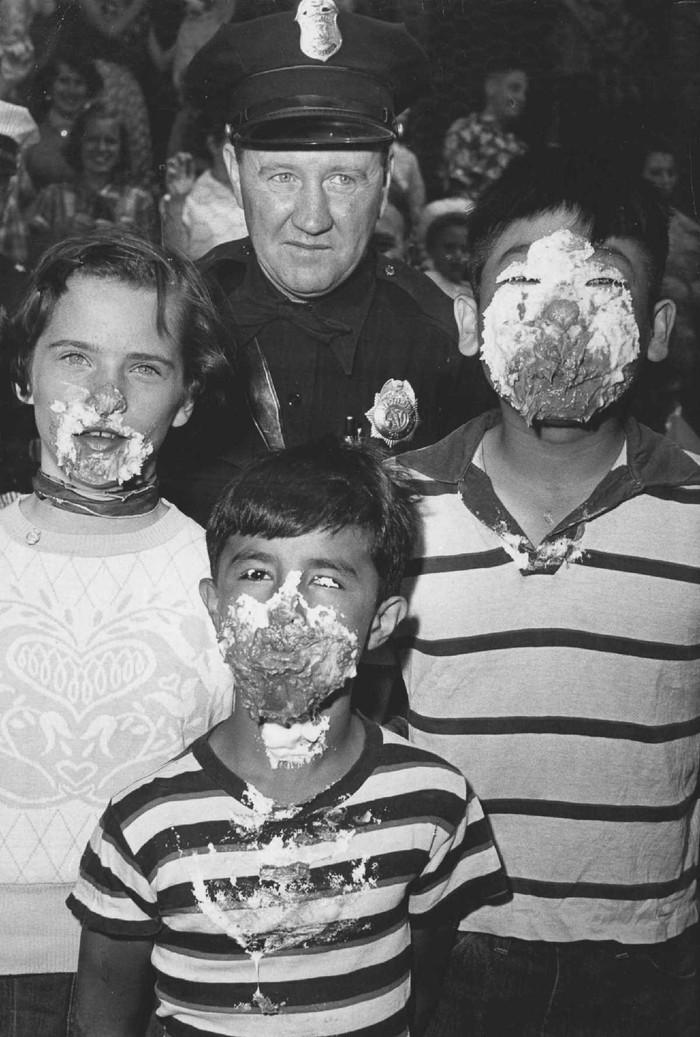 13. 13 мая 1954 года. Патрульный из Денвера Джо Хейл позирует с победителями конкурса по поеданию пи