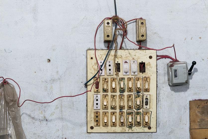 Электрическая панель. На фабриках не соблюдаются правила пожарной безопасности.