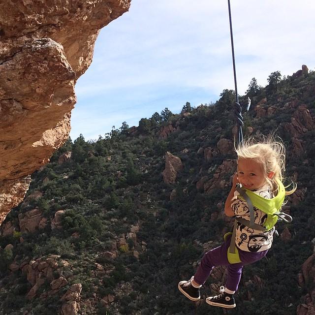Эта маленькая девочка покоряет скалы вместе со своей мамой (9 фото)