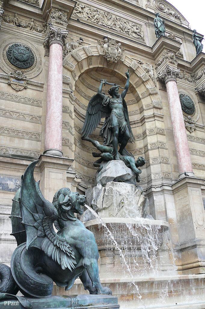 необычный, большой фонтан, который пристроился к торцу здания и посвящен Архангелу Михаилу