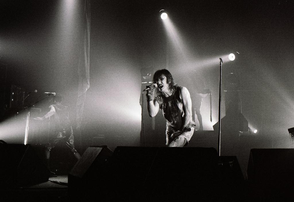 Nine Inch Nails – Live In Philadelphia [1994] - ILLNESS ILLUSION