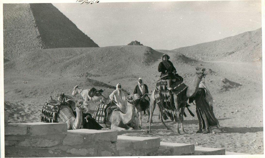 Гиза. Туристка у пирамиды Хеопса. 1934