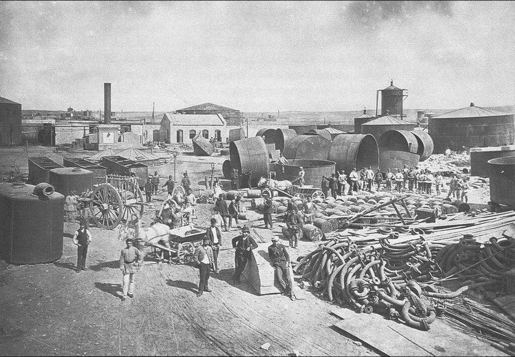 Чаны и мешалки строящегося нефтеперерабатывающего завода. Баку, 1888