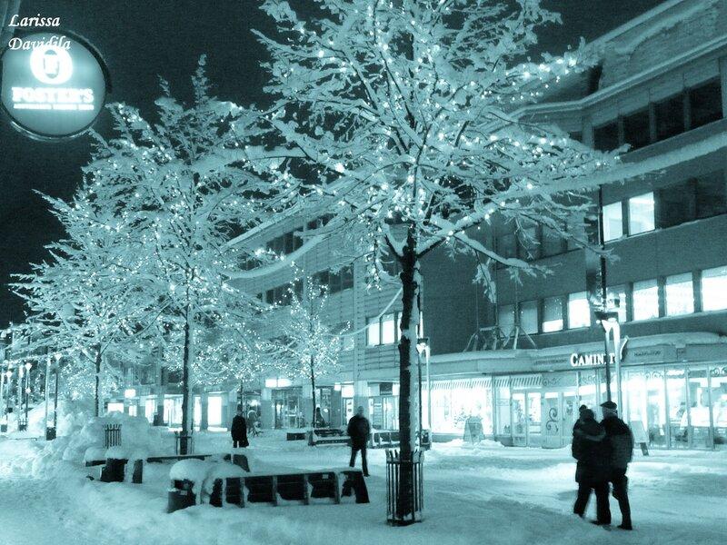 Вечерний город в снежную погоду.