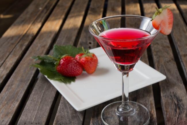 Клубничное вино Ингредиенты : 8 кг клубники 100—150 г сахара на 1 кг ягод Способ приготовления: Пере