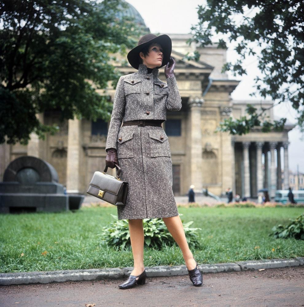 6. Демонстрация костюма из твидовой ткани с удлиненной юбкой и коротким жакетом до талии. 1970 г. Фо