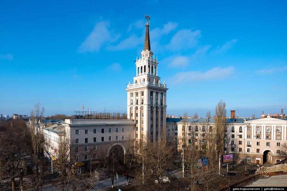 Сталинская высотка у Девицкого выезда. Дом состоит из трех пятиэтажных корпусов, центром композиции