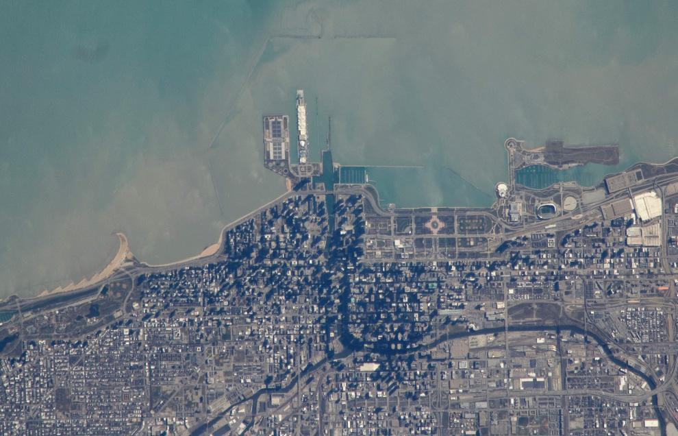 8) Вид на Чикаго по береговой линии озера Мичиган. (NASA/JSC)