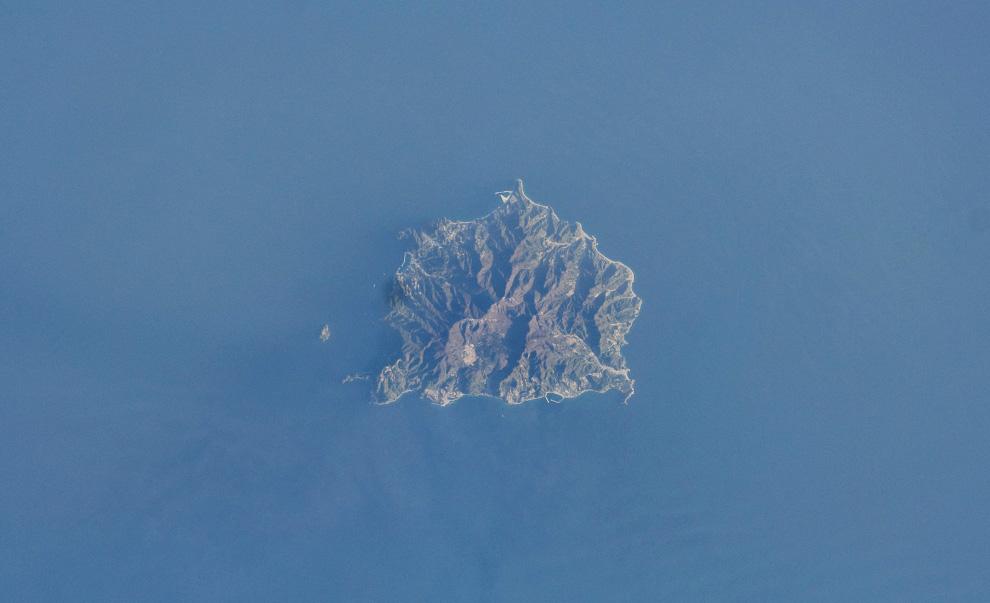 10) Остров Уллунг у побережья Южной Кореи. (NASA/JSC)