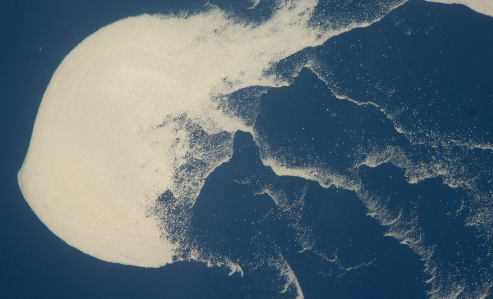 18) Плавучая льдина в России в Охотском море (NASA/JSC)