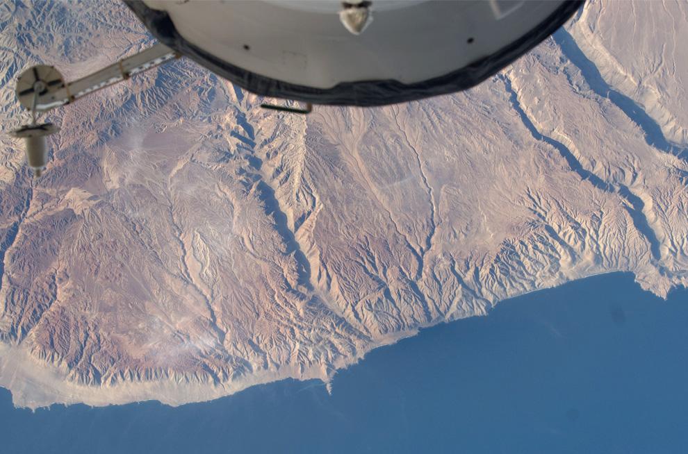 32) Вид тихоокеанского побережья рядом с Пуэрто Атико, Перу (NASA/JSC)