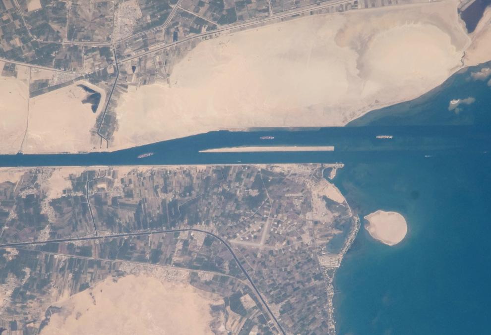 33) Корабли заходят в Суэцкий канал в Египте. (NASA/JSC)