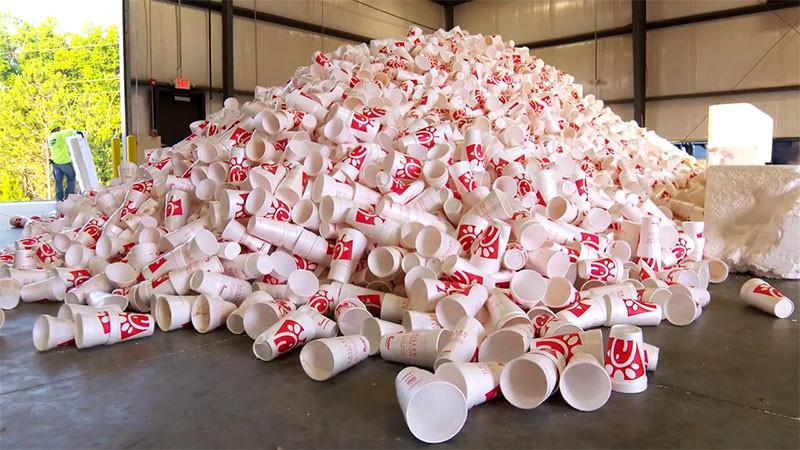 Как фастфуд превращает использованную посуду в парковые скамейки (7 фото)