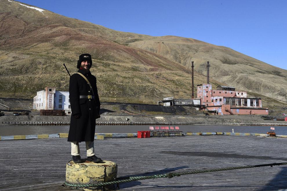 А вот и российский караульный возле законсервированного шахтерского посёлка Пирамида. Своё название