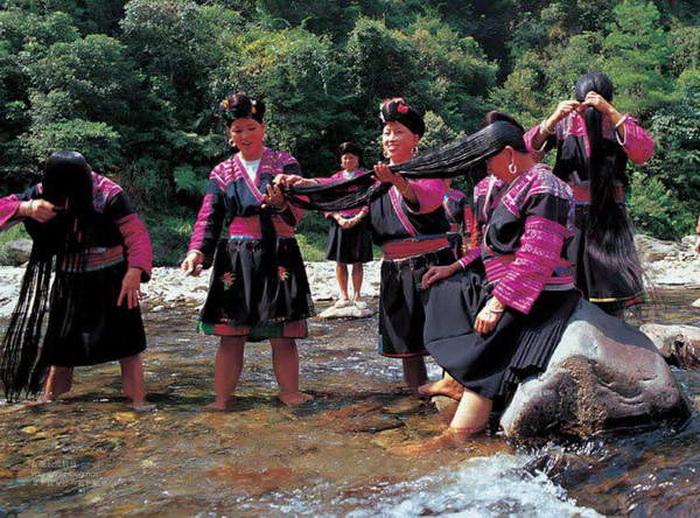 Куда более гуманные традиции у представительниц народности яо. Длинноволосые девушки из китайской де