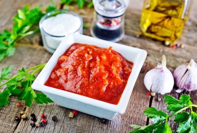 Вам понадобится: 200г томатной пасты 100–200мл воды 1пучок кинзы 2зубчика чеснока 1ч.л. сухой